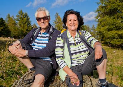 Senioren rasten beim Wandern / autumn hiking 19