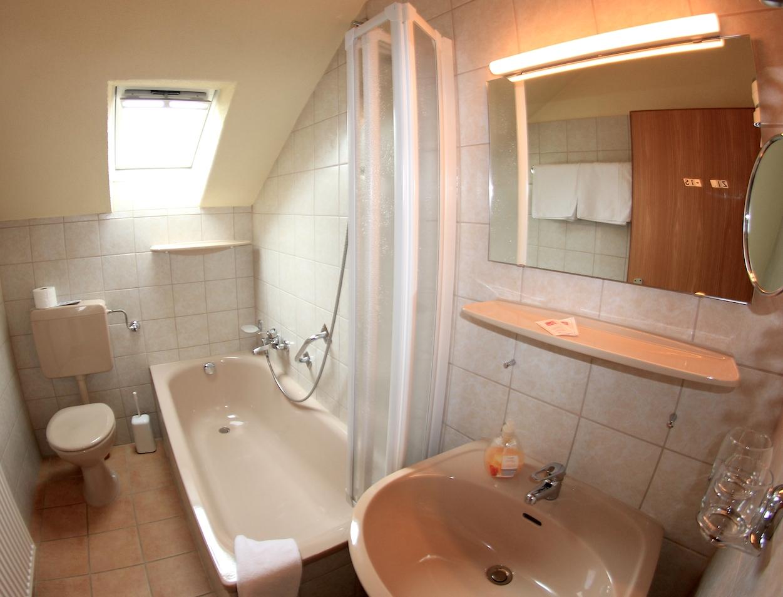 Badezimmer mit Badewanne, Suite